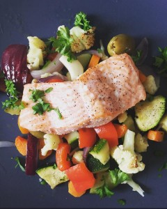 Havopdrættet ørred med hvidløgsgrøntsager