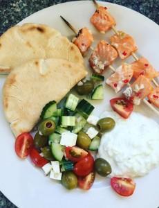 Havopdrættet ørred på grillspyd med græsk salat