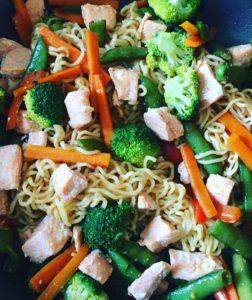 Wok med havopdrættet ørred og grøntsager